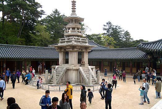 Klášter Pulguksa – Vrchol korejské chrámové architektury a skvost mezi korejskými památkami. Dvě desetimetrové kamenné pagody kláštera Pulguksa, postavené z dovedně opracovaných kamenů bez použití malty, které stojí před hlavním chrámem, jsou ve stejném stavu již od roku 750. Klášter Pulguksa spolu s nedalekou poustevnou Sokkuran je zařazen do světového kulturního dědictví UNESCO.