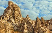 Fascinující skalní obydlí v turecké Kappadokii.
