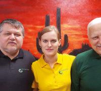 Michal Kužel, dcera Míša a otec Vladimír v liberecké centrále CK America Tours Foto: archiv rodiny Kuželových