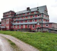 V Krkonoších začala demolice Sokolské boudy, vznikne nová restaurace, pivovar a hotel