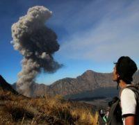 Indonéské úřady evakuují turisty od sopky Rinjani