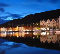 Bryggen v Bergenu v noci. Zdroj: wikimedia.org