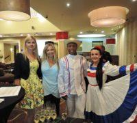Na snímku zleva Klára Hálková, ředitelka tuzemského zastoupení Národního turistického úřadu Dominikánské republiky, společně s kolegyní Lucií Fantovou a tanečníky. Foto: Vlaďka Bratršovská