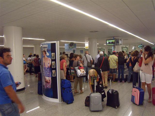 Kuriozity z letiště: Cestování v neprůstřelné vestě a platba víz stravenkami