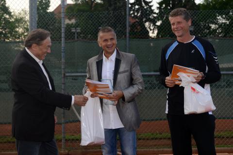 Karel Gott předává cenu Romanu Vikovi a  Foto: Archiv SmartWings