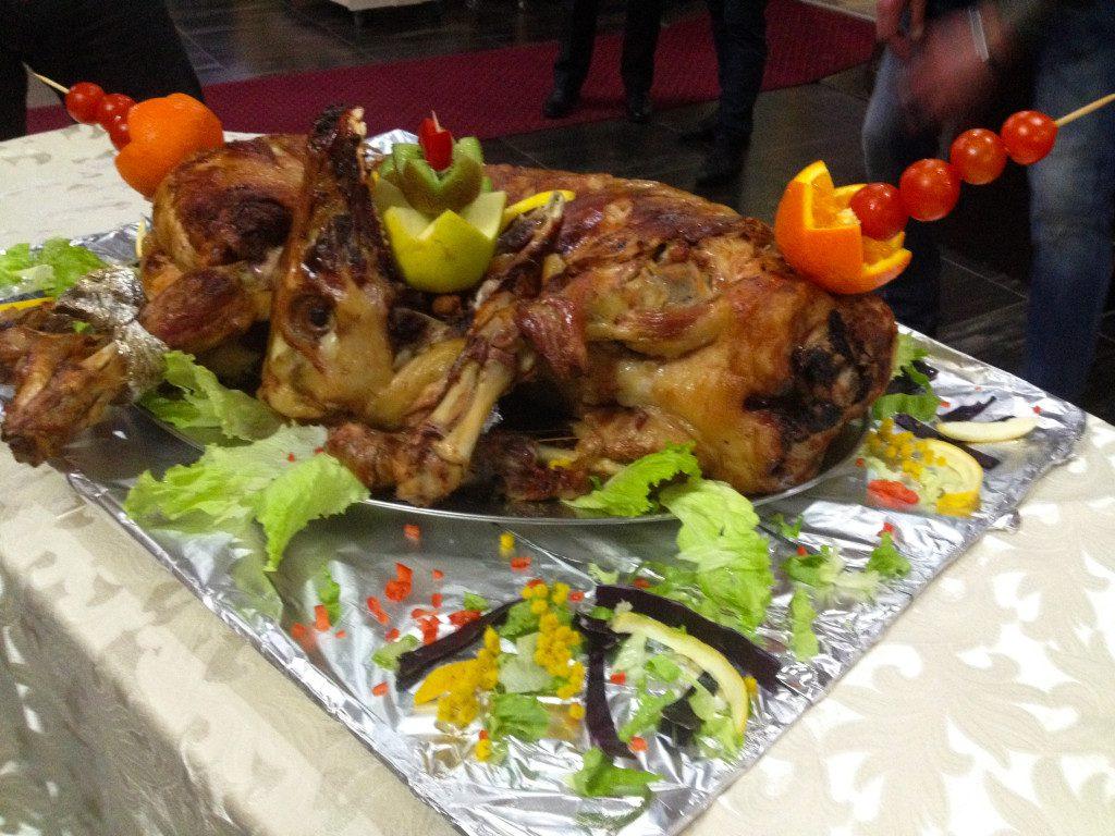 I takto může vypadat slavnostní večeře - s upečeným jehnětem. Foto: Lucie Poštolková