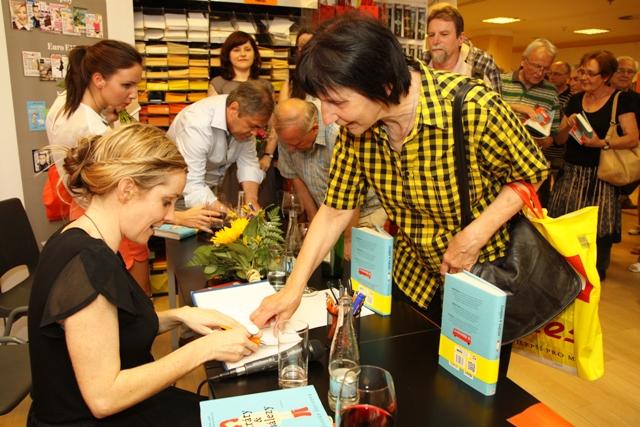 Praha přivítala autorku světového bestselleru Ztráty a nálezy. Soutěžte o  knihu! 96df2cb80a