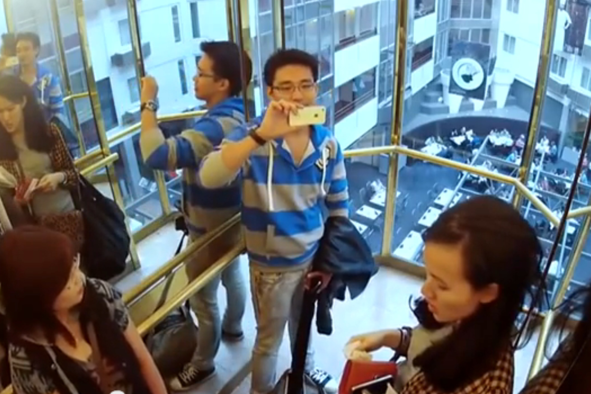 VIDEO: Intelevator hotelové hosty roztančil, roztleskal i pobavil
