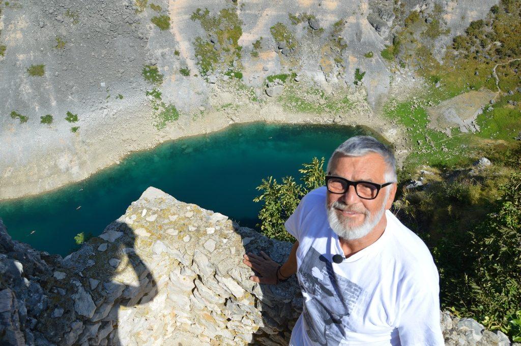 Jiří Bartoška na břehu Modrého jezera v Imotski, Foto: Tomáš Schafer