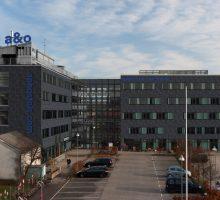 a&o Kodaň Sydhavn je druhým kodaňským hostelem berlínské nízkonákladové hotelové skupiny, i druhým hotelem a&o v Dánsku. Sto třicet sedm z celkového počtu 218 pokojů se nachází v rekonstruované stávající budově (vlevo). Nová budova bude dostavěna počátkem příštího roku, stejně jako atrium spojující obě části komplexu. Fasáda s plochou přibližně 4200 m2 je celá obložená břidlicí. Foto a&o.