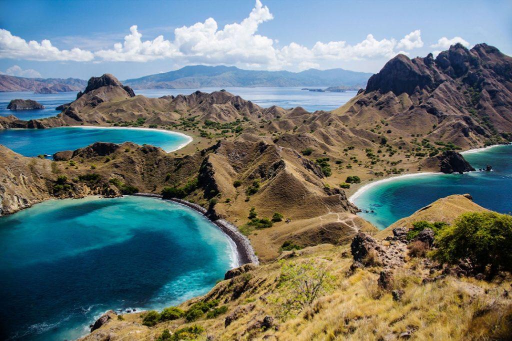 Indonésky národní park Komodo se rozkládá se na třech rozhlehlejších ostrovech (Komodo, Rinca a Padar) a mnoha menších ostrovech.