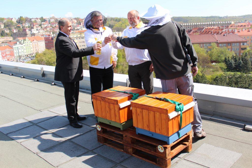 Na včelstva si medovinou připíjejí (zleva) obchodní ředitel hotelu Clarion Congress Hotel Prague Ondřej Marek, ředitel hotelu Miroslav Bukva, hlavní hotelový technik Vladimír Sieber a e-commerce manager Jan Pleskač.