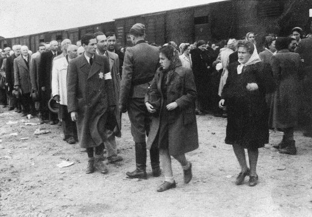 Během selekce, dvě dívky v popředí byly pravděpodobně vybrány na otrockou práci, Foto: Židovské muzeum v Praze