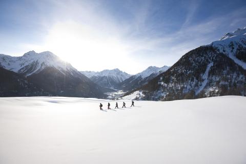 Schneeschuhwandern in Scuol ©Andrea Badrutt