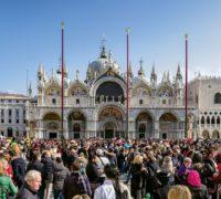 Davy turistů na náměstí Sv. Marka v Benátkách během karnevalu, který se konal koncem února.Foto: Jaroslav Moravcik/Shutterstock