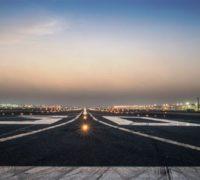 Mezinárodní letiště v Dubaji uzavřelo jednu ze dvou ranvejí