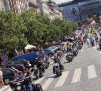 Na Václavském náměstí zaduní silné stroje a pomohou nemocným