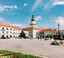 Kroměříž investuje do informačních panelů a nových laviček