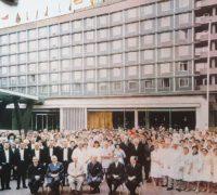 Tým hotelu International z roku 1962 - červenou šipkou je označena paní Zdražilová, která v hotelu pracuje dodnes. Foto: archiv hotelu