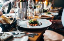 Zástupci restaurací píší poslancům: Většina z nás stravenkový paušál podporuje