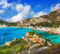 Písek odcizený turisty se znovu vrací na pláže Sardinie