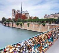 Pont des Arts se prohýbal pod stovkami zámečků... Marten_House / Shutterstock.com