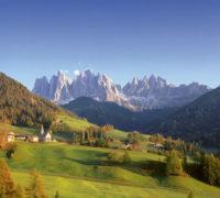 Farbenprächtig hält der Herbst Einzug im Villnösstal. In dieser Gegend, wo die weißen Berge der Dolomiten die bunten Wälder kontrastieren, wurde das Törggelen erfunden.